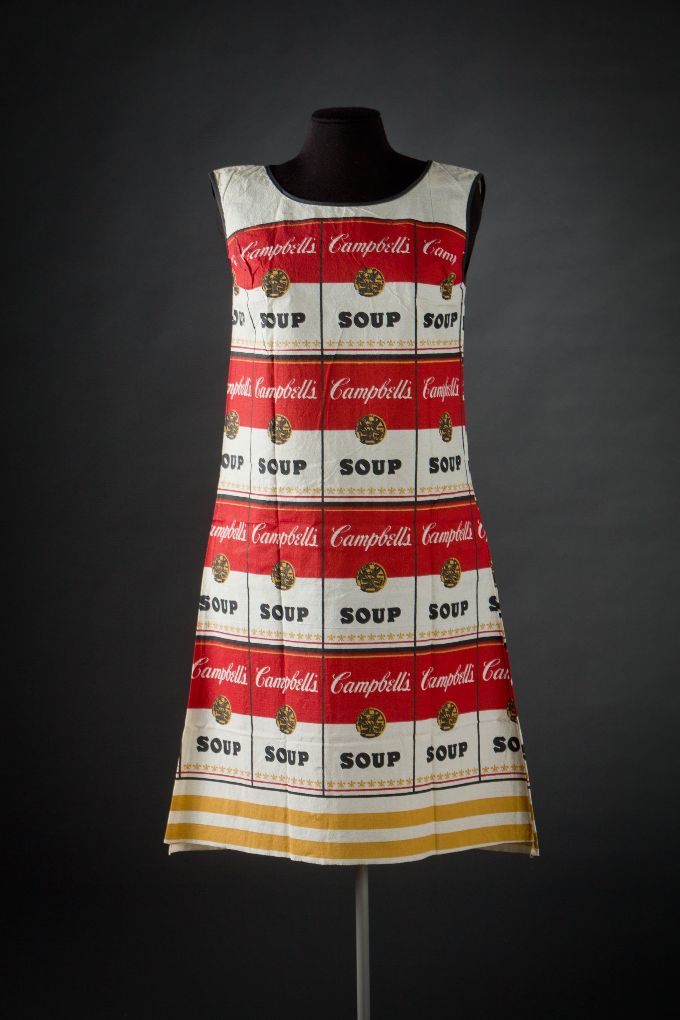 3. The Souper Dress, Scott Paper, 1966, © Modemuseum Hasselt - foto Kristof Vrancken.jpg
